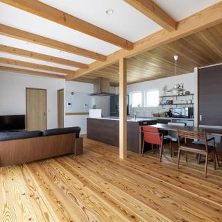 冬でも裸足で過ごせる、県北の寒さを解消した暖かな家