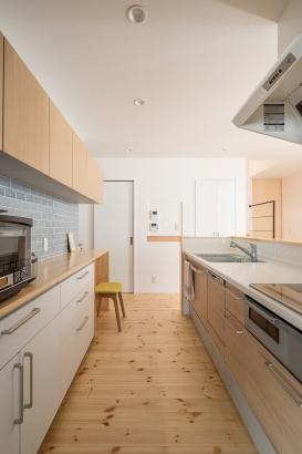 使い勝手の良い背面カウンターと家事空間