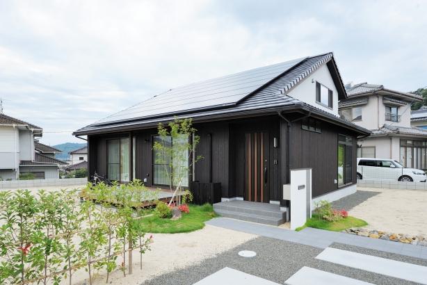 大屋根と焼杉の壁が個性的な外観