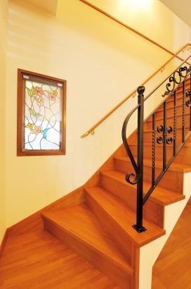 上質な印象を与えてくれる階段周りのステンドグラスとアイアン手すり