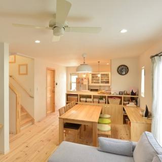 室内は無垢材&漆喰で快適、外観は憧れの南欧風に