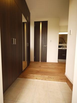 玄関正面には家事室~脱衣室の進入ドア。