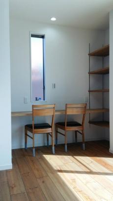 ダイニング横には、お子さんの勉強机と可動棚を造作