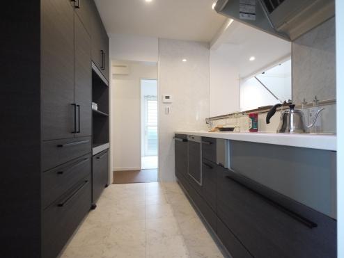 キッチンには食器洗い乾燥機を設置しているので、忙しい奥様に喜んでいただけるのではないでしょうか?