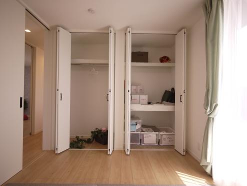 バルコニーに面した6帖の洋室にはクローゼット収納と押入収納を設置。
