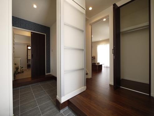 【1階:玄関ホール】 玄関~シューズインクローク~洗面室へ繋がる動線、帰ってすぐに手洗い・うがいができます。