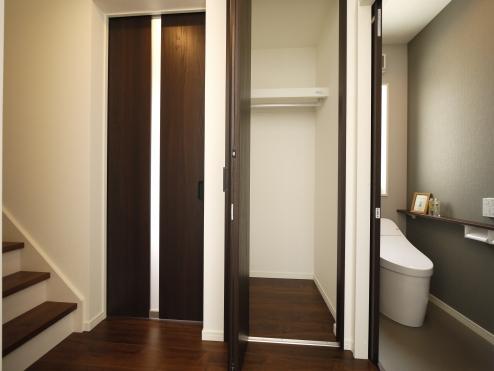 【1階:トイレ・収納】 玄関からリビングへの動線にクローゼット収納があります、コート等の上着類をかけられて便利です。