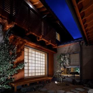 手仕事の木の家で和やかに暮らす