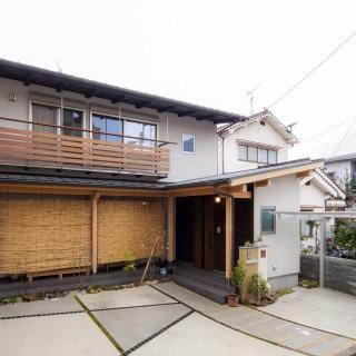 開放的で陽光の降りそそぐ 準防火地域に建つ木組みの家