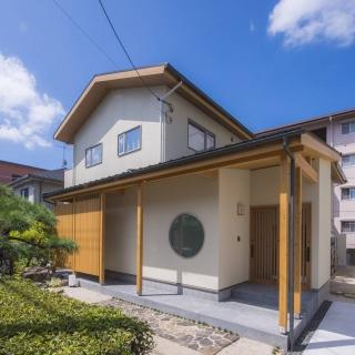 敷地の庭を生かしながら建て替え 木に安らぐ、高気密・高断熱の家