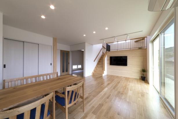 高い天井と約22畳の広さをもつ リビング