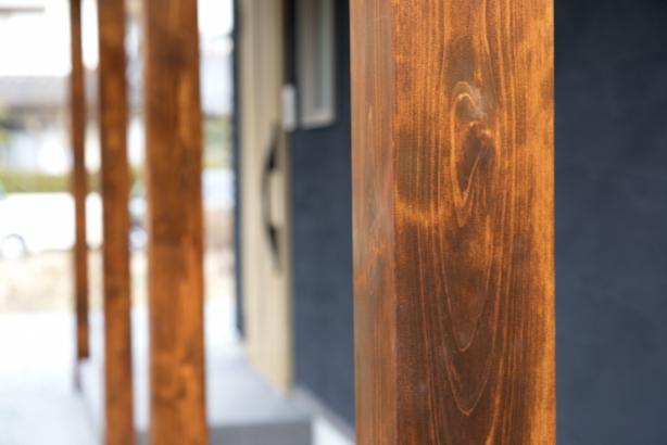柱のブラウン色が 大人っぽく引き締まった雰囲気に