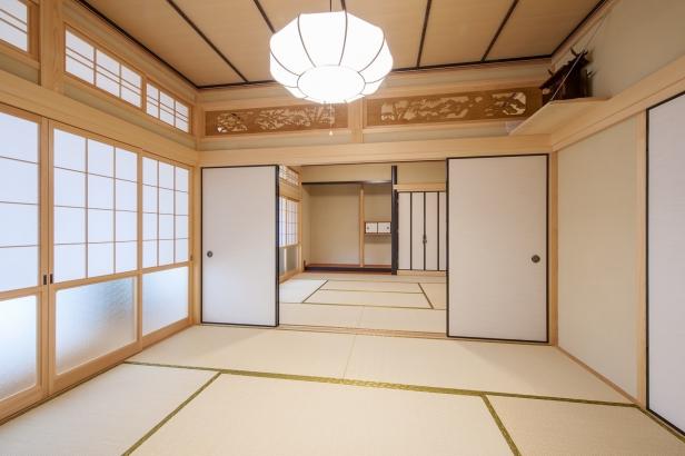 元の家で使っていたサクラの竿縁を利用 8畳と6畳の和室