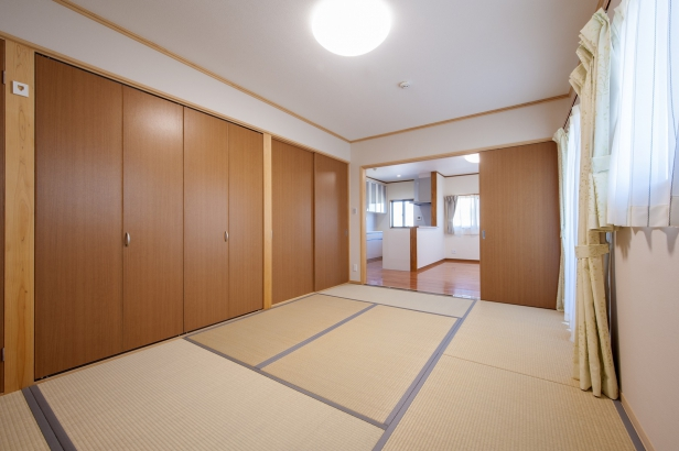 リビングから続く 収納空間の充実した和室