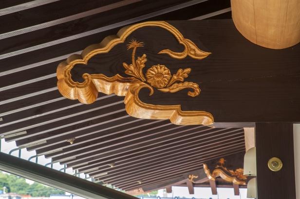 寺社建築で見られるような装飾を施した梁が印象的