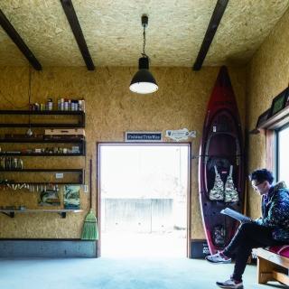 木の表情が個性的な平屋は 高気密・高断熱の省エネ住宅