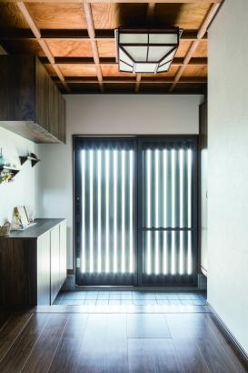 天井と照明を生かした玄関リフォーム。豊北木材の建築実例