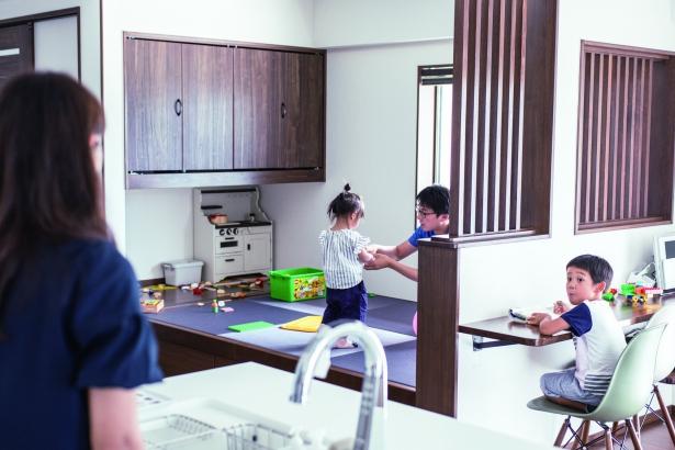 ママがキッチンに立っていても勉強したり、和室で遊ぶ子どもたちと会話ができる。豊北木材の建築実例