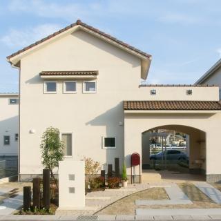 外部と庭をトンネルでつなぎプライバシーを確保した家