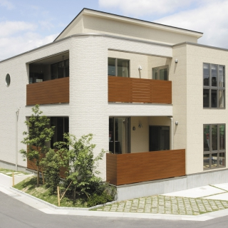 アールデザインを活かし優雅さと重厚感を両立させた家