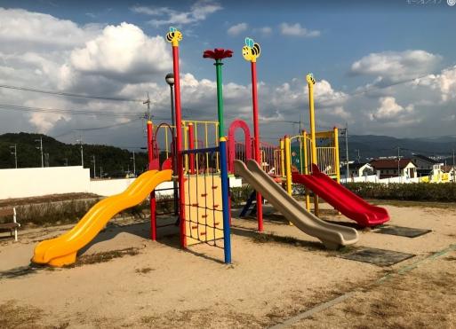 すぐ近くには遊具がある公園がありお子様と一緒に楽しく遊べます☆