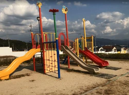 お子様と遊べる公園がすぐそばにあります♪