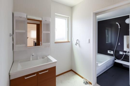 洗面台とバスルームが近く、洗濯機スペースもあり使いやすい配置にしています。