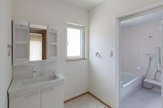 洗面台もバスルームすぐそばで、洗濯機須ペースもあり、使いやすい配置にしました。