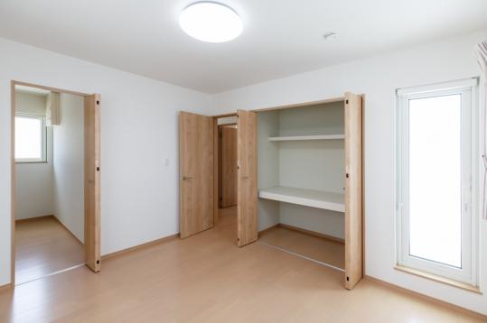 2階の各居室にはクローゼットがあり、たっぷり収納できるようにしました☆  主寝室にはさらに大きなウォークインクローゼットを完備しました。